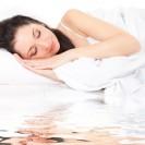 Frau im Wasserbett