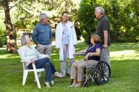 Altenpflegerin mit Gruppe von Senioren