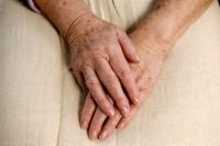 Hände einer alten Dame mit Altersflecken