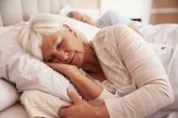 Frau beim Einschlafen im Bett